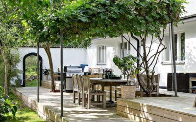 Låt trädgården få ett tak – det ökar rumsligheten och skapar skön skugga